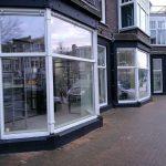 Project bedrijf dubbelglas installeren in bestaande houten kozijn Winkelpui, Den Haag